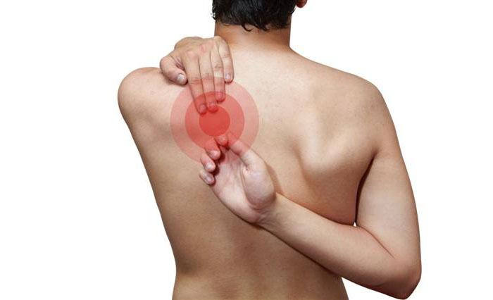 ribbeinslåsning med skarpe smerter innenfor skulderbladet